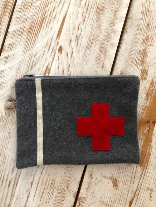 Pochette grise et rouge